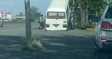 Este autobús de la UNET es levantado por una grúa de la DIGESETT luego de ser retenido e inautado en las inmediaciones del puente Juan Carlos II, en Santo Domingo Este.
